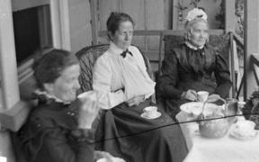 Older women led the trend for Southlanders to roll the letter R a vowel (the postvocalic R). This archive photo shows Amy Kirk, Sarah Jane Kirk, and another woman taking tea on a verandah sometime between 1895-1915