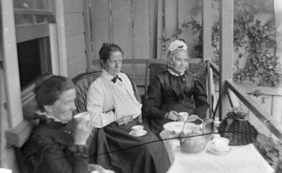 Older women led the trend for Southlanders to only roll the letter R after a vowel (the postvocalic R). This archive photo shows Amy Kirk, Sarah Jane Kirk, and another woman taking tea on a verandah sometime between 1895-1915.