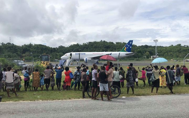 People in Munda gathered to watch the first test flight to land on the upgraded international runway before commercial flights from Brisbane began in March 2019.