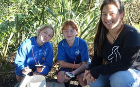 Little Blue's lead marine scientist Elvisa van der Leden with two kids from Devon Intermediate Pippa Broughton (middle) and Tyler Drought.