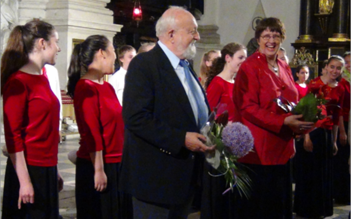 Elise Bradley (right) with composer Krysztof Penderecki and the Toronto Children's Chorus