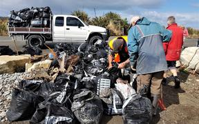 Volunteers clean up rubbish at Cobden.