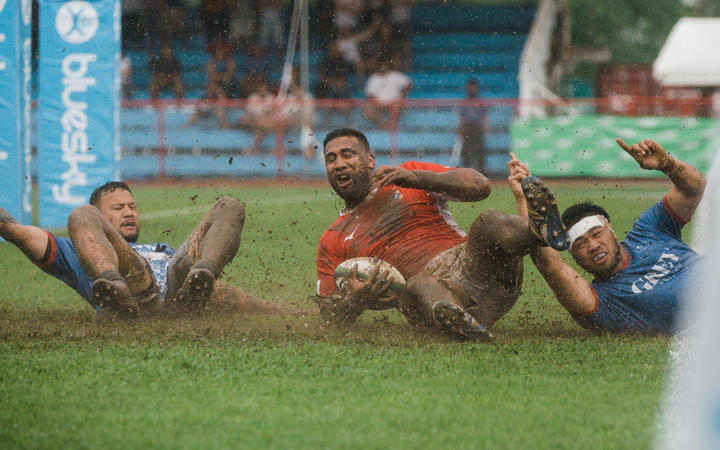 Cooper Vuna scores a try against Samoa but his side eventually loses 25-17