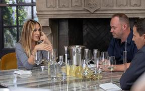 Sarah Jessica Parker discussing the blend of her wine with Invivo co-founders Tim Lightbourne and Rob Cameron.