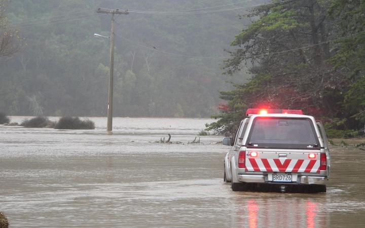 Civil Defence checking properties in Waitati during the April 2006 flooding.