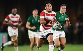 Japan's wing Kenki Fukuoka (C) breaks away and carries the ball  during the Japan 2019 Rugby World Cup Pool A match between Japan and Ireland at the Shizuoka Stadium Ecopa in Shizuoka on September 28, 2019.