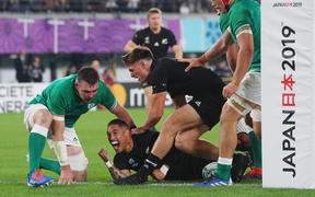 Aaron Smith of New Zealand scores a try in the first half of the 2019 Rugby World Cup Japan Quarter-Finals match against Ireland at Tokyo Stadium in Chofu City, Tokyo on October 19, 2019.    ( The Yomiuri Shimbun )
