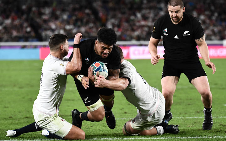 New Zealand's flanker Ardie Savea (2nd L) scores a try during the Japan 2019 Rugby World Cup semi-final match between England and New Zealand at the International Stadium Yokohama in Yokohama on October 26, 2019.