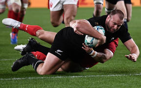 New Zealand's prop Joe Moody scores a try during the Japan 2019 Rugby World Cup bronze final match between New Zealand and Wales at the Tokyo Stadium in Tokyo on November 1, 2019. (Photo by Anne-Christine POUJOULAT / AFP)