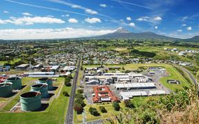 17310827 - new plymouth - major city of the taranaki region on the west coast of the north island of new zealand