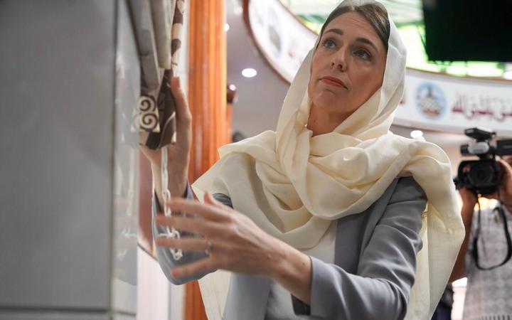 Jacinda Ardern unveils a memorial plaque at Lautoka Jame Masjid.