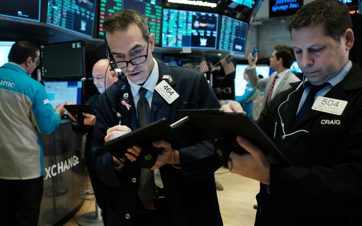 USA stocks fall in volatile trading