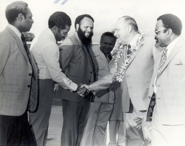 Robert Muldoon (second right) arrives in Port Moresby, 1983. Michael Somare (far right) introduces him to political leaders.