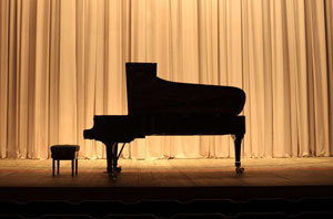 Piano on a stage, waiting for the performer