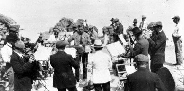 Rudolf Mersy conducting his fellow internees on Matiu Somes Island