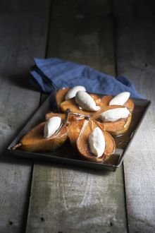 Smoked pears with cinnamon cream