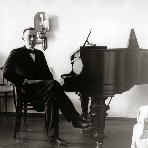 Sergei Rachmaninoff with a Bl thner piano Photo ca PD