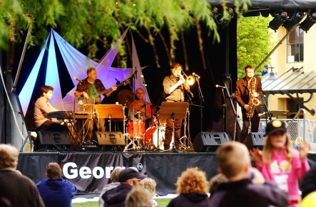 Outdoor_entertainment_at_Queenstown_JazzFest