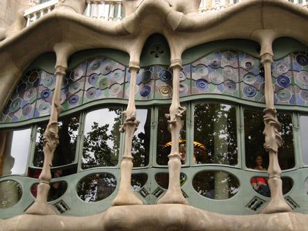 Catalan pavilion expo belle epoque rnz - Casa vives gaudi ...
